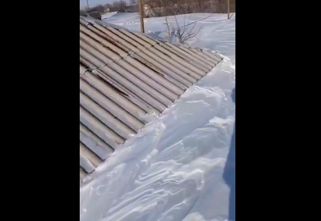 Снегом замело дом