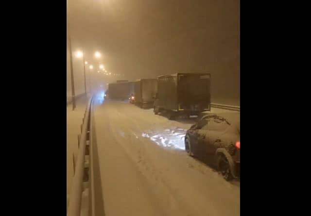 Из-за сильного снегопада Крымский мост впервые был перекрыт