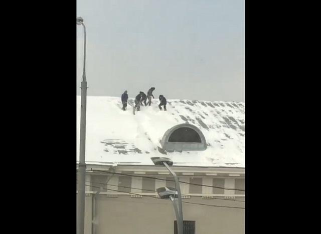 Уборка снега на крыше в Москве