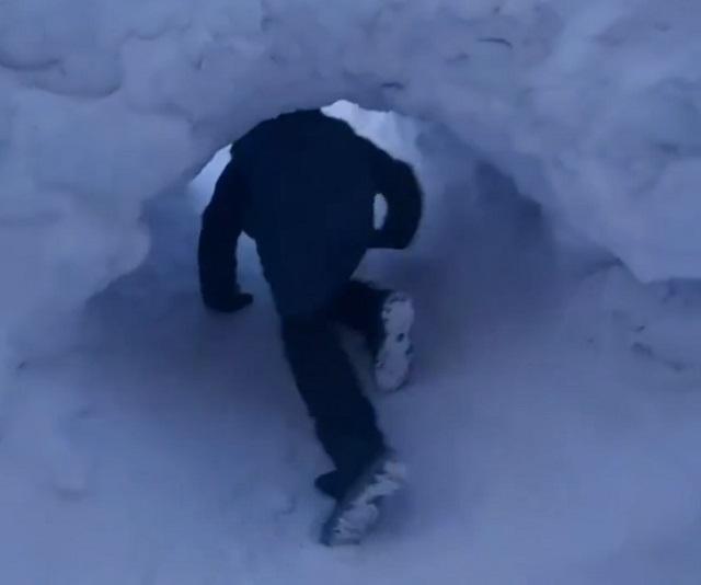 Мальчик лезет в тоннель