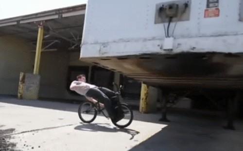На велосипеде под домами