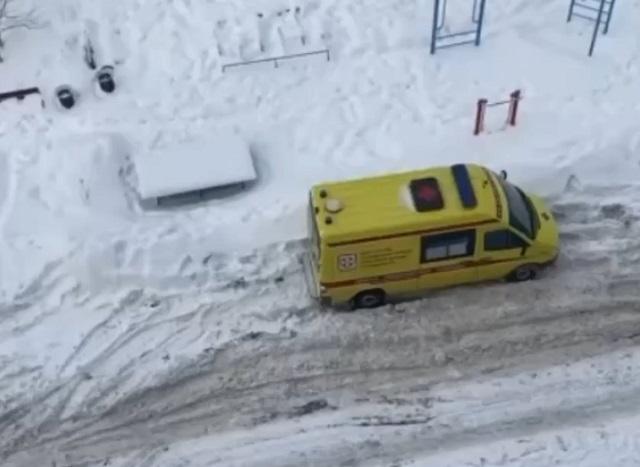 Скорая застряла в снегу