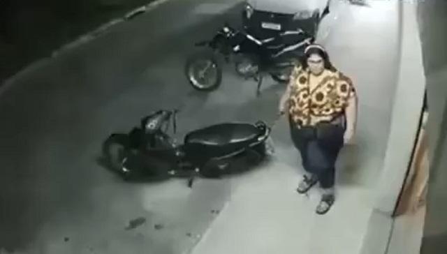 Полная девушка упала