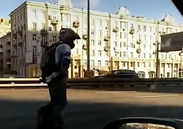 Мужчина проехал на моноколесе по Ленинградскому шоссе со скоростью 60 км/ч