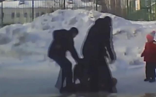 Мужчины спасают детей от собаки