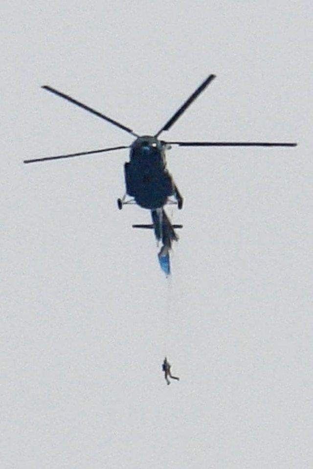 Вертолет опускает парашютиста
