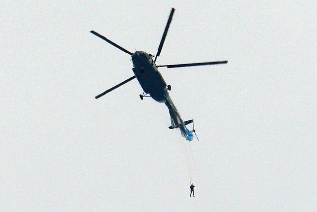Парашютист зацепился за вертолет