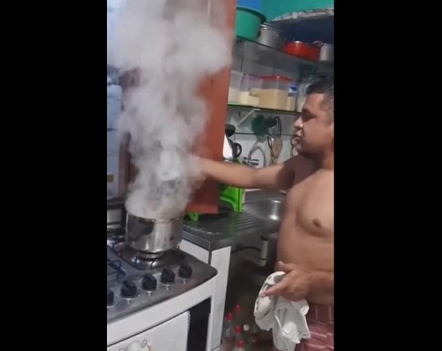 парень на кухне