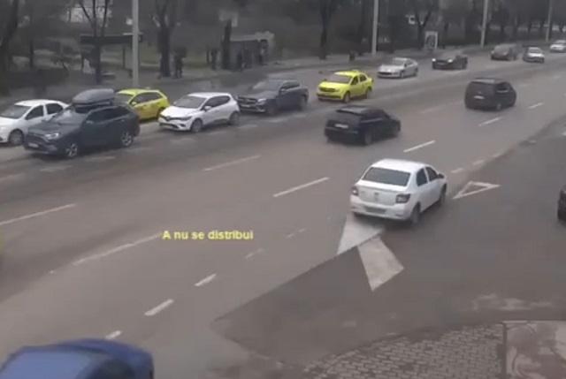 трамвай сбил машины