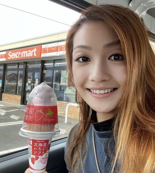 Сойя кушает мороженное