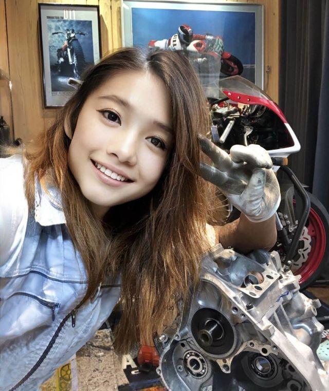 Сойя чинит мотоцикл