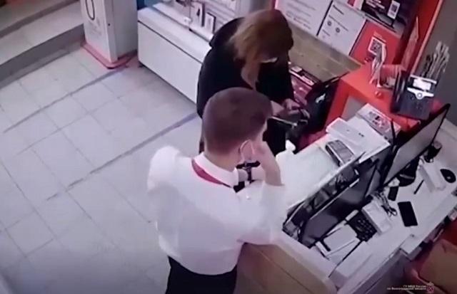 девушка крадет телефон