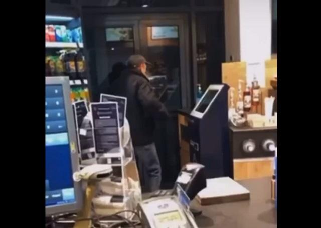 мужчина выпил санитайзер