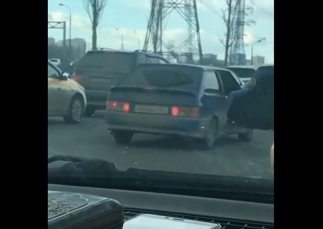 машина с открытыми дверями