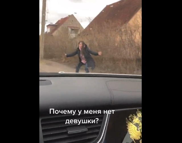 девушка тормозит машину