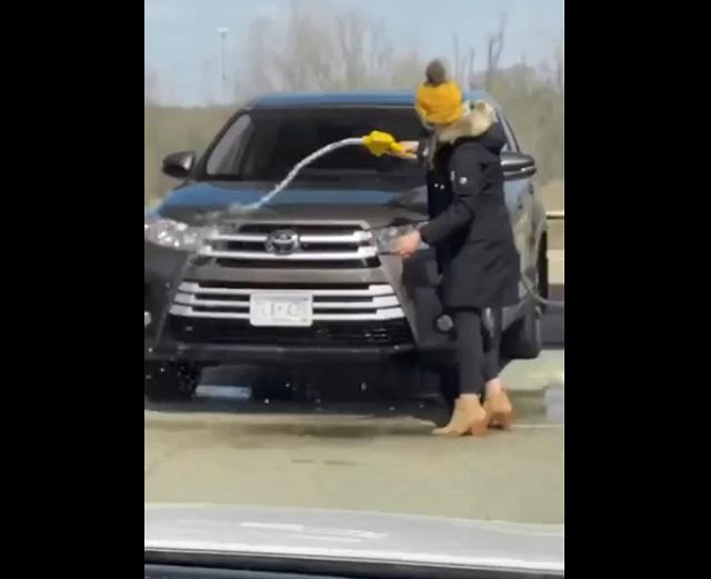 девушка моет машину на заправке