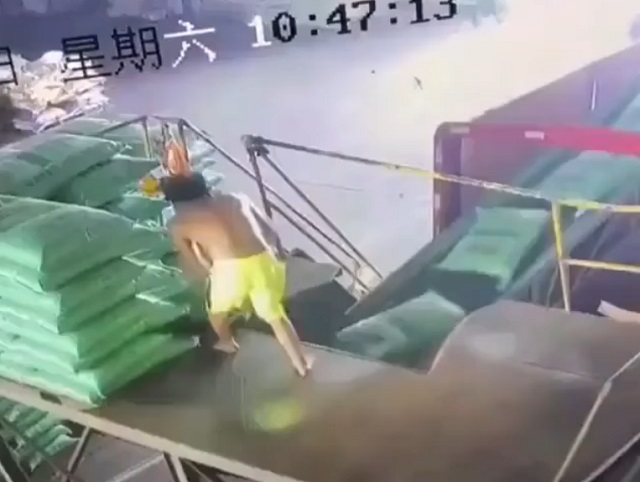 Рабочий на конвейере