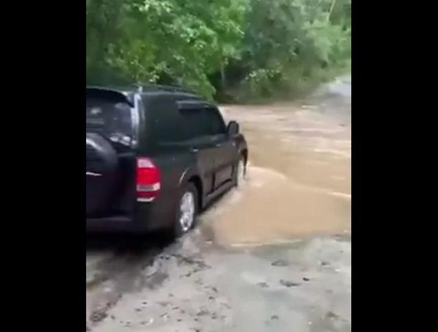 машина едет в реку