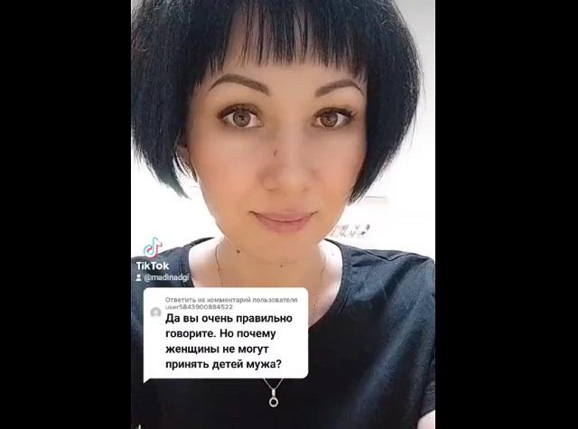 Женщина рассказывает о детях