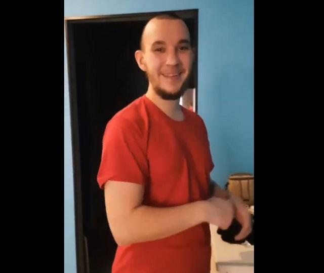парень в красной футболке