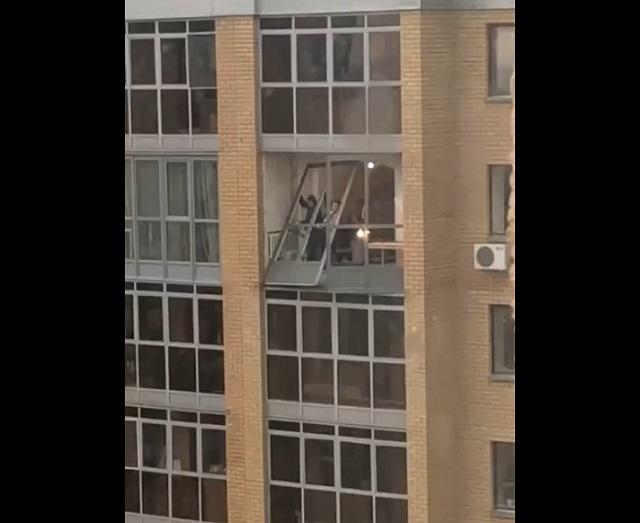 уронили окно