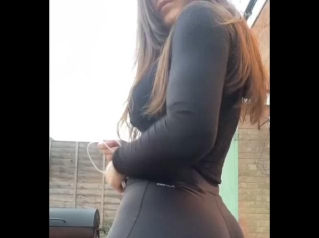 девушка в черной одежде