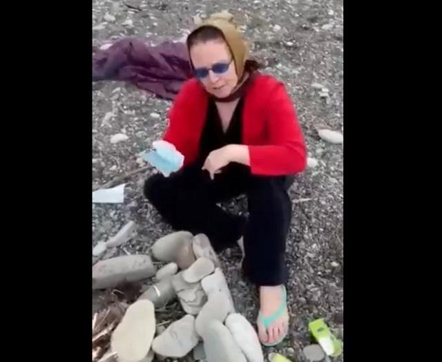 бабушка сжигает маску