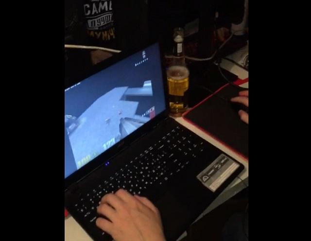 парень играет в Quake III Arena