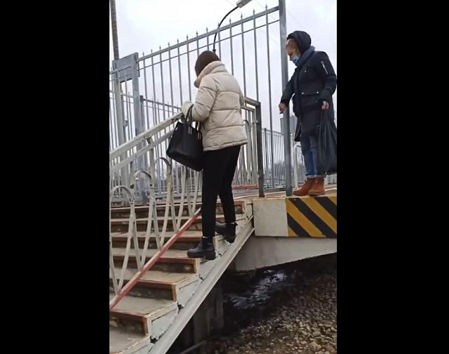 люди обходят забор
