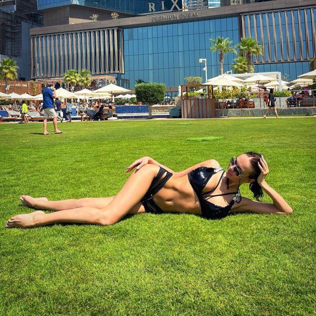 Яна Кошкина лежит на газоне