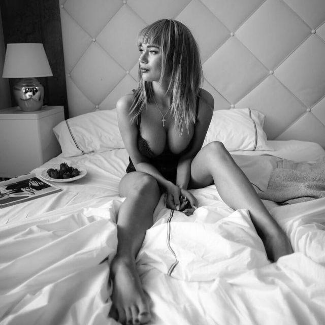 Яна Кошкина в кровати