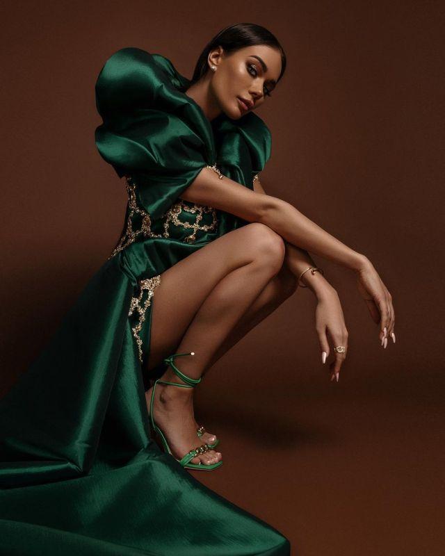 Яна Кошкина в зеленом платье