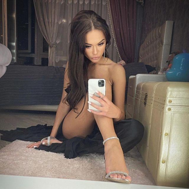 Яна Кошкина делает селфи