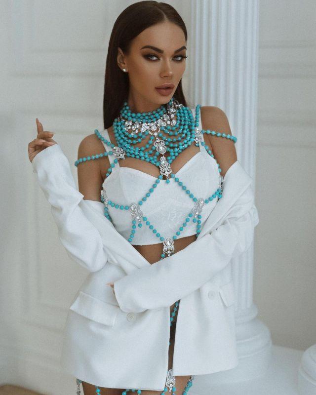 Яна Кошкина в белом платье