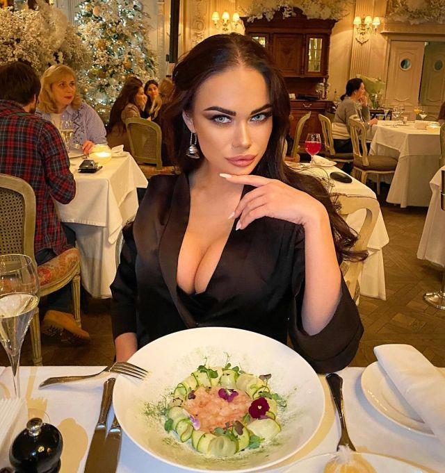 Яна Кошкина в ресторане