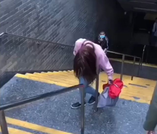 девушка выходит из метро