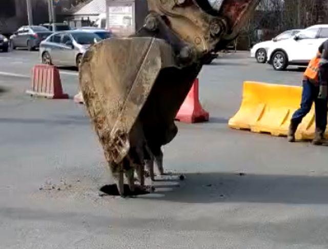 ковш пробивает асфальт