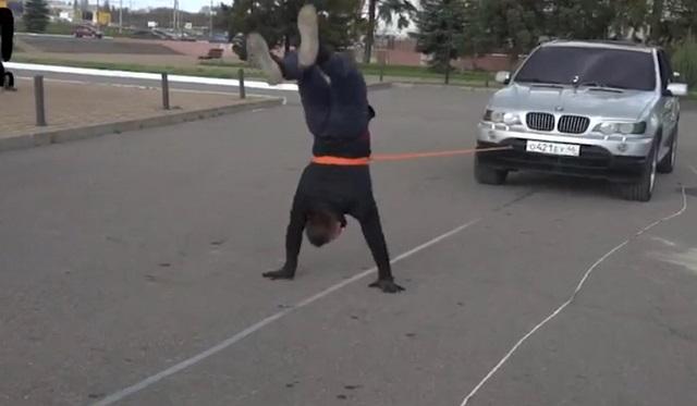 Иван Шурупов протащил внедорожник на 15 метров, стоя на руках