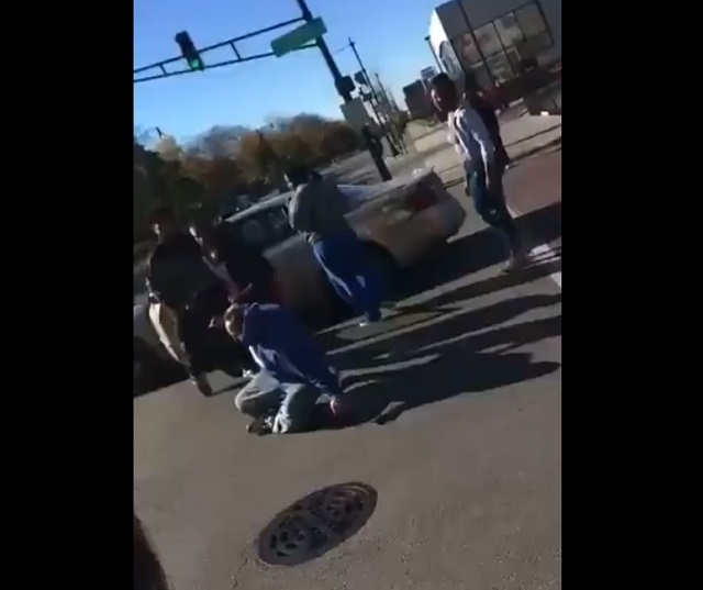 активисты BLM толпой избили мужчину