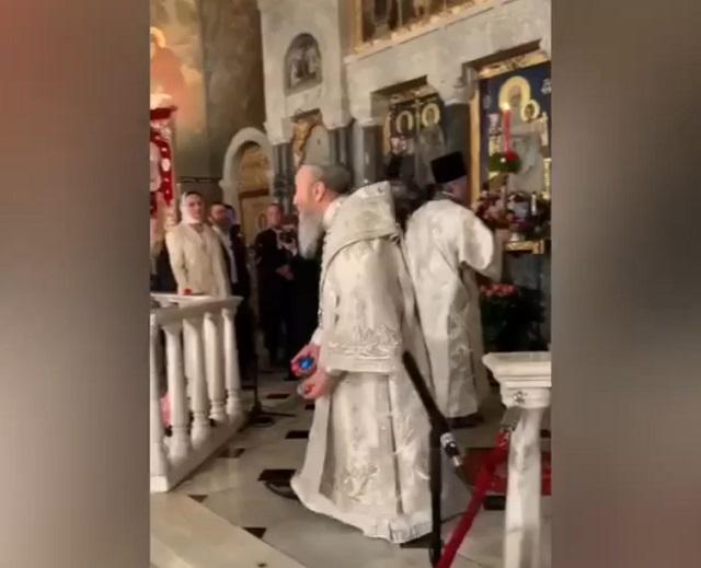 В Киеве митрополит Онуфрий забросал прихожан крашенными яйцами