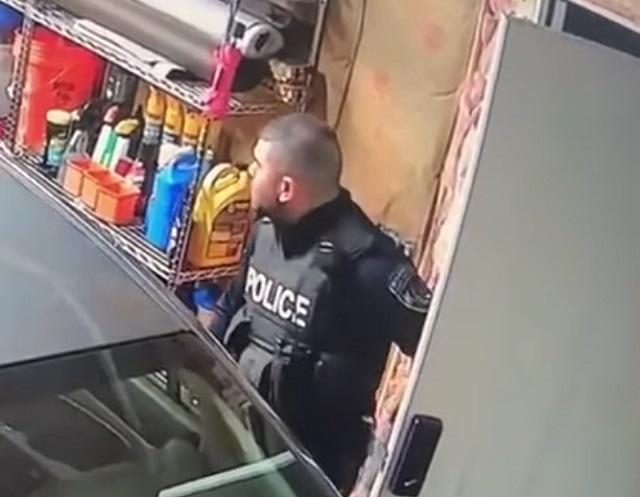полицейский в гараже