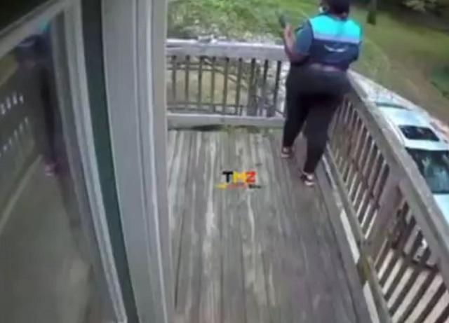 Женщина испугалась собаки