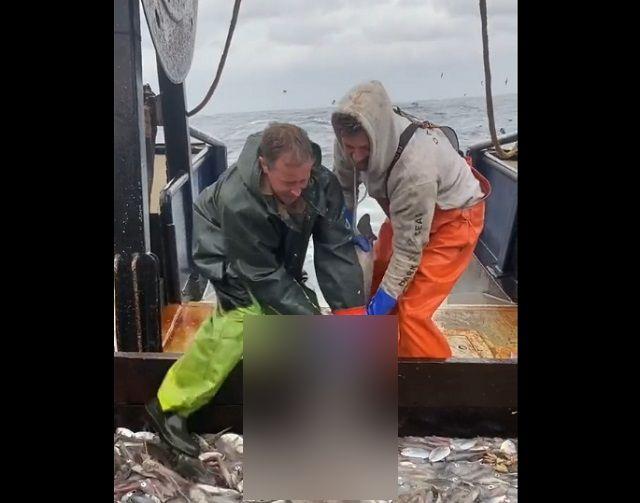 рыбаки на судне