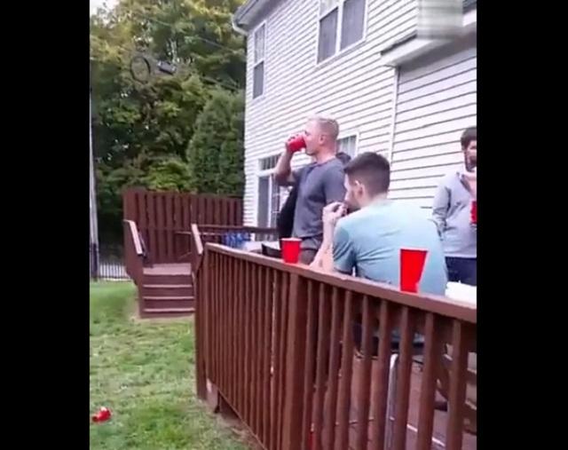 парни пьют во дворе