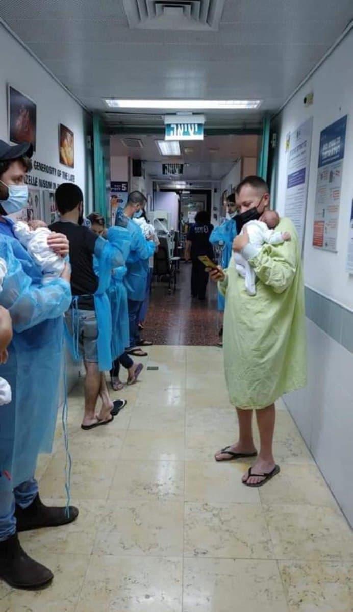 Фото дня: новорожденных младенцев спасают при ракетном обстреле центральной части Израиля