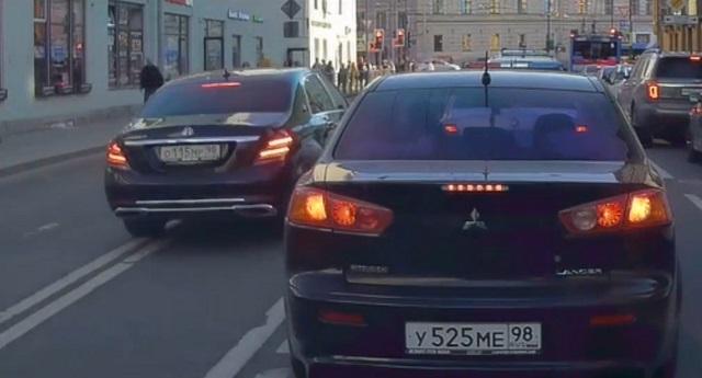 """В Санкт- Петербурге лихач на Maybach пронесся по """"встречке"""""""