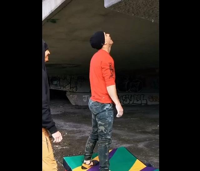 парень залез на мост