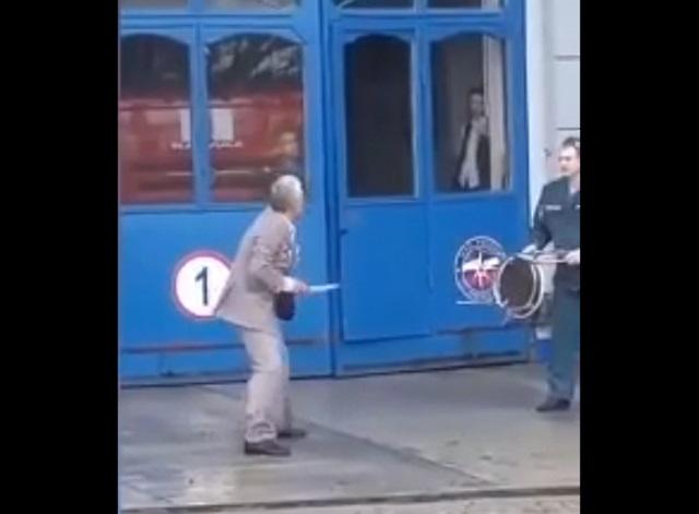 пенсионер с ножом