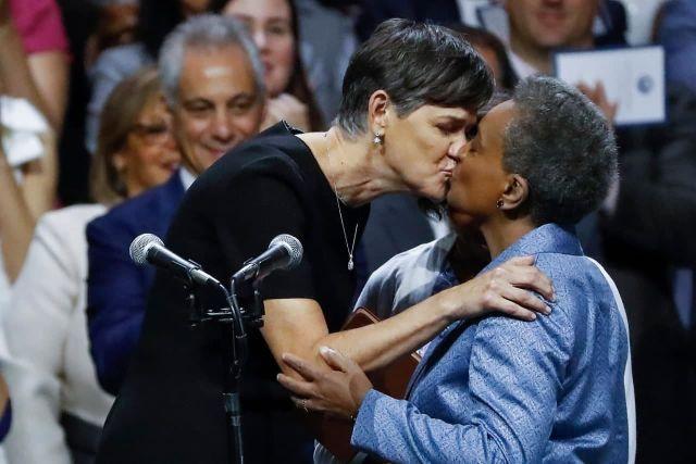 Мэр Чикаго Лори Лайтфут целуется