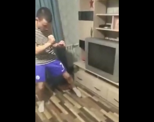 парень бьет телевизор